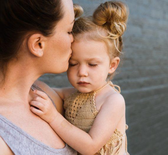 Bądź obok, a potem weź mnie delikatnie za rękę – jak reagować, kiedy dziecko się boi?